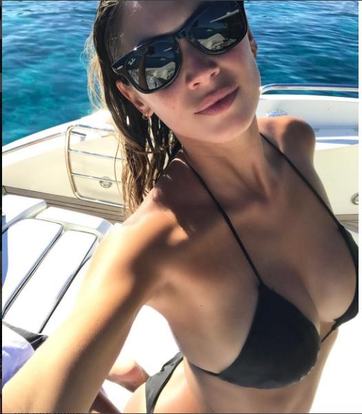 Alessia Macari Calendario.Alessia Macari Seno Esplosivo Il Bikini Giusto Ecco