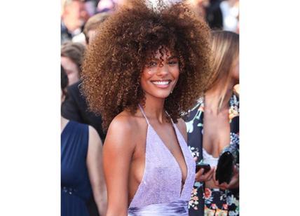 Tina Kunakey, fidanzata di Cassel, scalda Cannes. Paris Hilton? Seno esplosivo