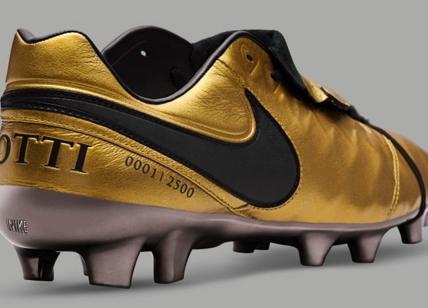 Derby Roma Suo Totti Il Ultimo Lazio Scarpini Nike Per D'oro 4q46CZwP