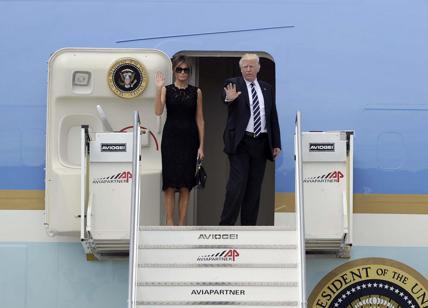 Parigi, faccia a faccia Trump-Macron. Melania in rosso, Brigitte in bianco
