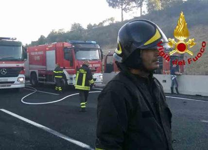 Roma. Tir prende fuoco dopo scontro su A1