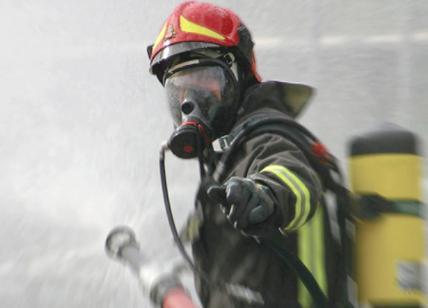 In fiamme il tetto di una edificio a Milano: chiuso viale Monza