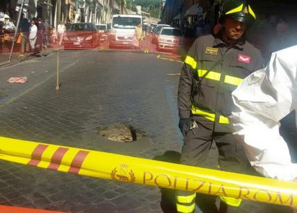 Roma, si apre una voragine nell'asfalto: ferita una donna