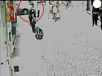 Milano, investe con l'auto un ambulante: arrestato