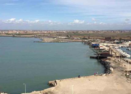 Fiumicino, cade dagli scogli e finisce in mare: morto pescatore 82enne