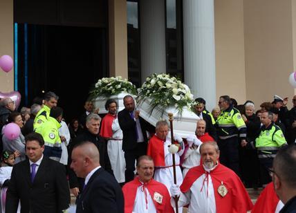 Funerale Alessia e Martina, contestato il prete in chiesa