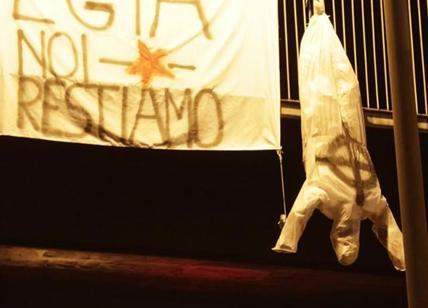 Striscione degli antifascisti a Macerata, manichino di Minniti a testa in giù