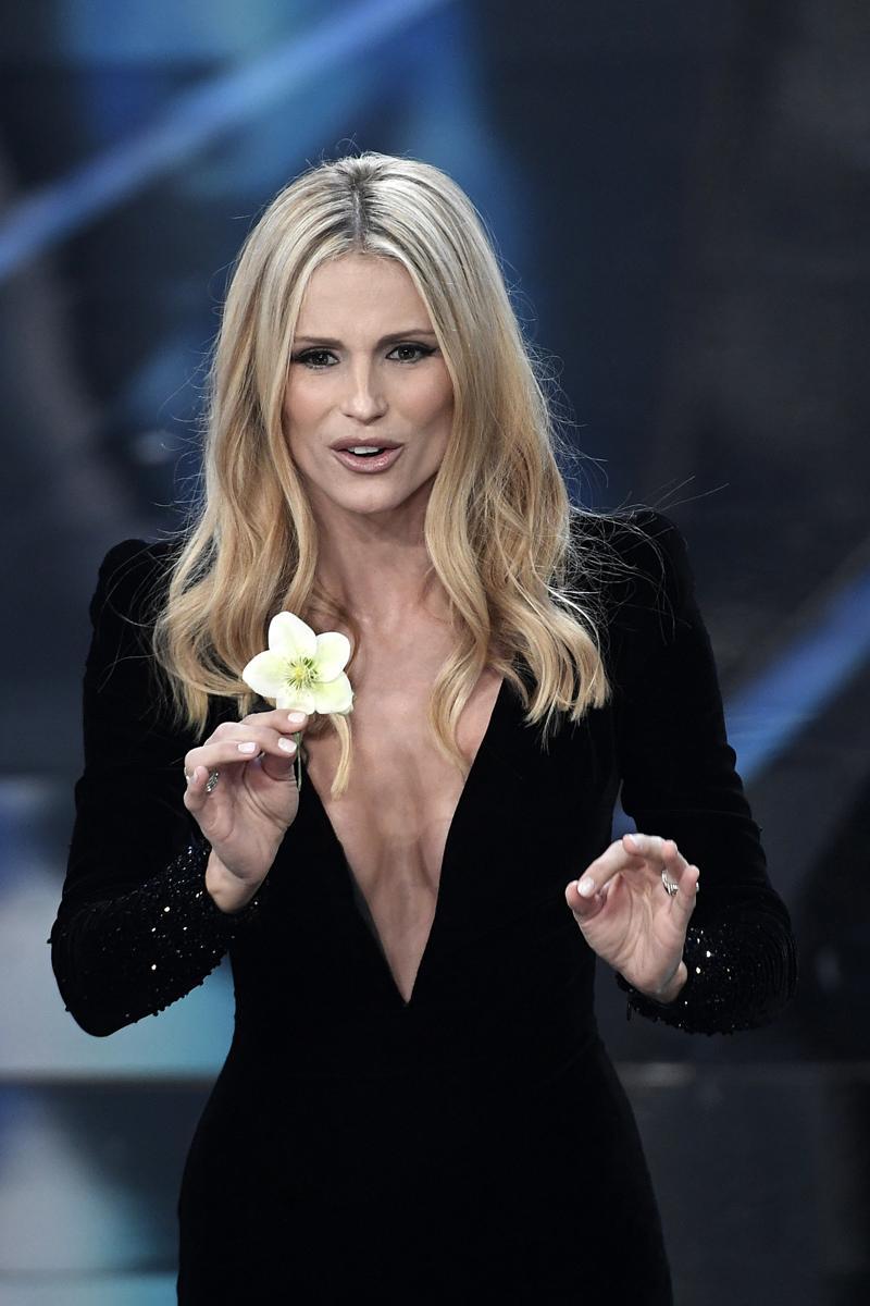 size 40 76bec ad832 Sanremo 2018 look, abito fiore per Hunziker e vedo-non-vedo ...