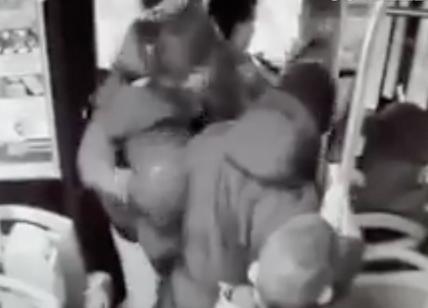 Aggredito su bus da adolescenti, 57enne si difende e ne accoltella uno