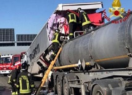 Tamponamento tir sulla A4, cisterna perde acido solforico VIDEO e FOTO
