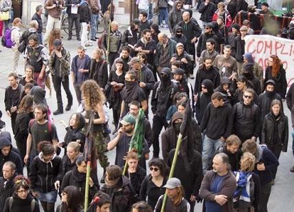 Milano, partito il corteo anarchico contro Eni: circa 200 persone. Massima allerta