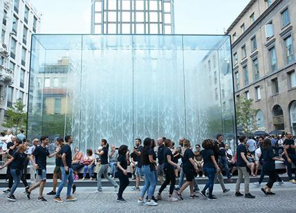 24enne francese fa il bagno nuda nella fontana dell\u0027Apple Store