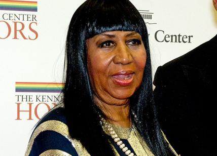 Funerali Aretha Franklin: pastore tocca seno di Ariana Grande, poi si scusa