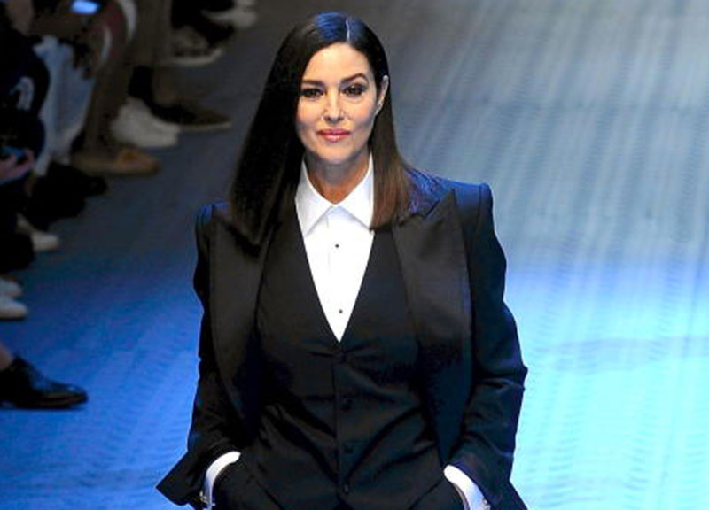 Settimana della Moda Uomo di Milano  Monica Bellucci torna in passerella  dopo 26 anni per D G 240d6c32d82