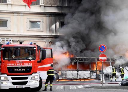 Paura a Roma: autobus in fiamme in Via del Tritone. Nessun ferito