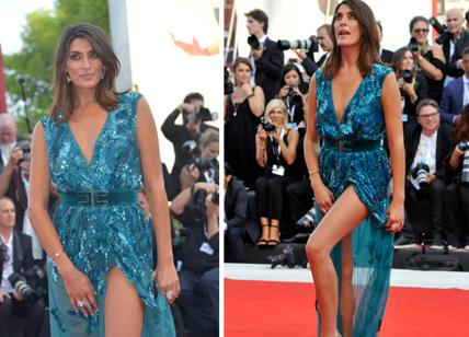 Venice Festival, assault selfie at Salvini. Elisa Isoardi, ultra sexy slit