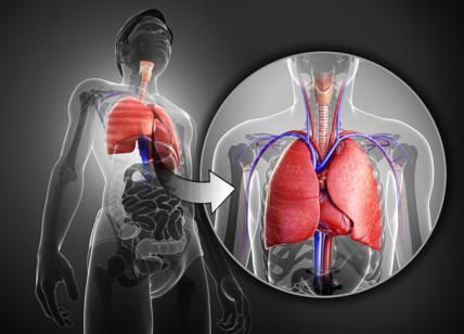 Tossisce così forte da espellere un pezzo di polmone
