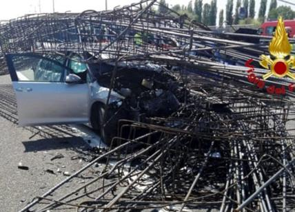 Camion perde il carico: tangenziale bloccata e feriti coinvolti