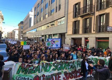 #fridaysforfuture, migliaia di studenti in corteo a Milano: Non c'è pianeta B