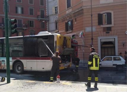Autobus distrutto dalle fiamme in viale Palmiro Togliatti: autista salva i passeggeri