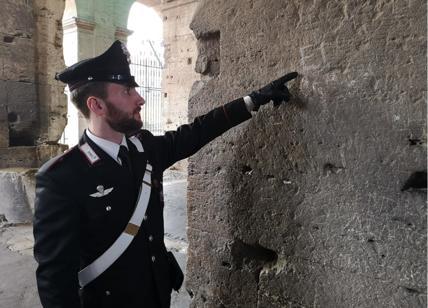 Colosseo sfregiato, turista incide le iniziali di marito e figli: denunciata