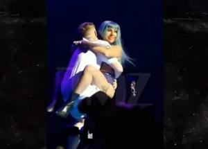 Lady Gaga cade giù dal palco Germanotta tonfo! FOTO-VIDEO