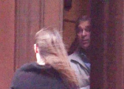 Principe Andrea, massaggio ai piedi da giovane donna a casa di Epstein