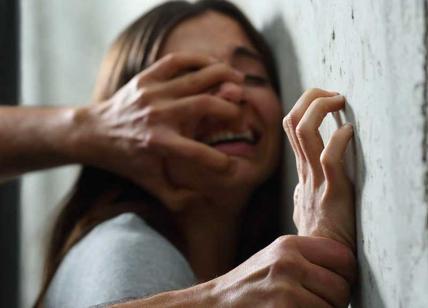 """Violentata da 3 uomini: """"Ci sto, non mi fate male"""". Radio2, orrore in diretta"""
