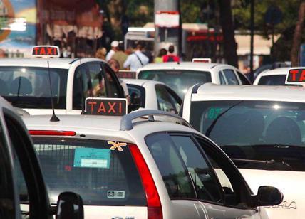 """Taxi, la rivolta. Sciopero e sfida al Comune: """"Raggi rifiuta di incontrarci"""""""