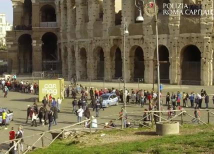 """Colosseo regno degli abusivi. Guerra a """"saltafila"""" e ambulanti: fermati in 62"""