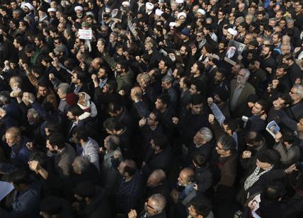 Soleimani, in migliaia ai funerali a Baghda: