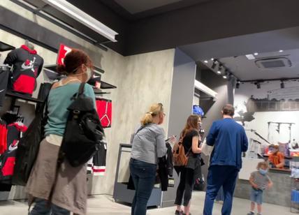 Fase 2, riaprono i negozi: a Roma tutti in fila. Abbigliamento in ...