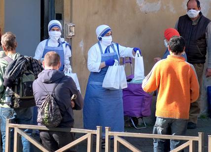 Roma sprofonda nella povertà, lo confermano gli studi. Raggi nega l'evidenza