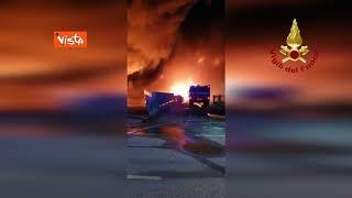A Bergamo grande nube di fumo per un incendio in ditta di trasporti a Costa di Mezzate, le immagini