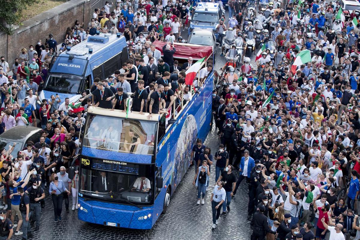Italia Campione d'Europa: la festa sul pullman scoperto diventa un caso -  Affaritaliani.it
