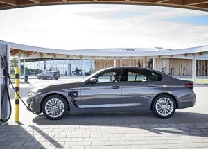 BMW lancia l'offensiva ibridi plug-in entry-level della BMW Serie 3 e Serie 5