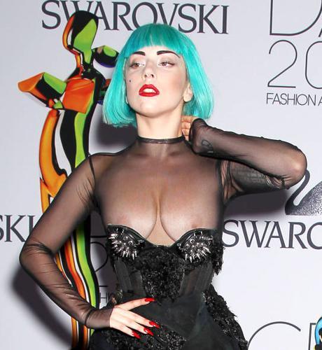 Lady Gaga con pene gonfiabile gigante: foto e video | AllSongs
