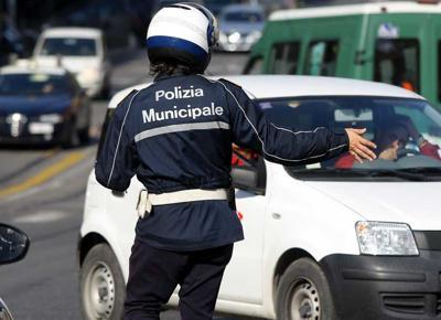 Vigile urbano 'furbetto del cartellino': timbrava e andava a fare volontariato