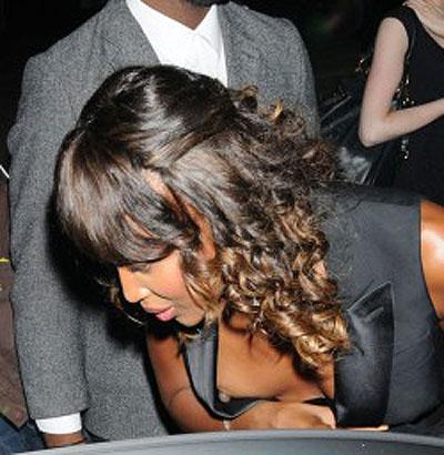Naomi Campbell esce di seno