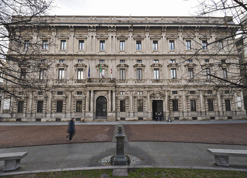 Si rafforzano le misure di sicurezza a palazzo Marino. Da oggi, davanti all'ingresso di piazza Scala, sarà presente una cintura di transenne