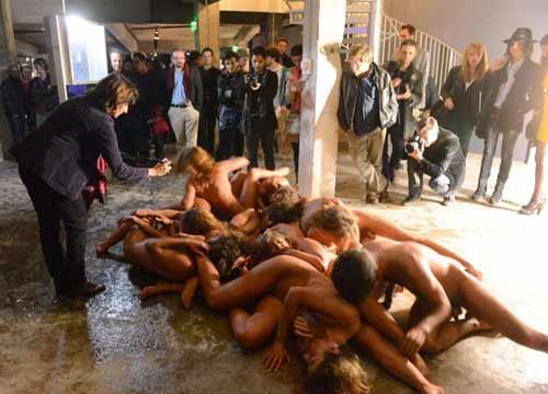 Arte contemporanea/ Ragazzi e ragazze completamente nudi: le ...