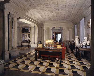 Versace apre una mega-boutique di arredamento in via Borgospesso ...
